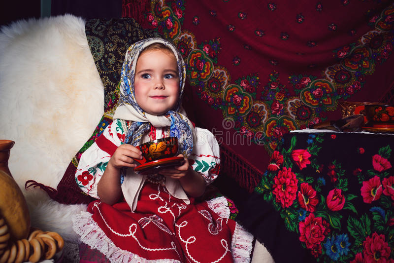 Ragazza adorabile del bambino che porta vestito nazionale sul ricevimento pomeridiano immagini stock libere da diritti