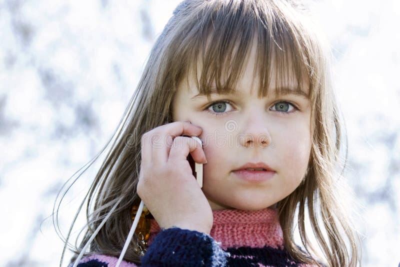 ragazza adorabile del cellulare piccolo che comunica immagini stock libere da diritti