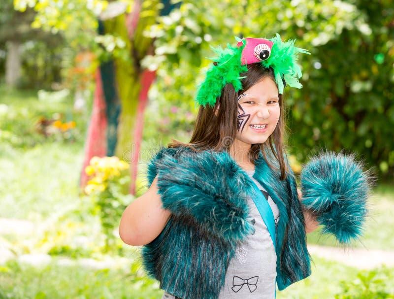Ragazza adorabile del piccolo bambino con akvagrim sul buon compleanno Fondo verde della natura di estate Usilo per il raggiro de immagine stock