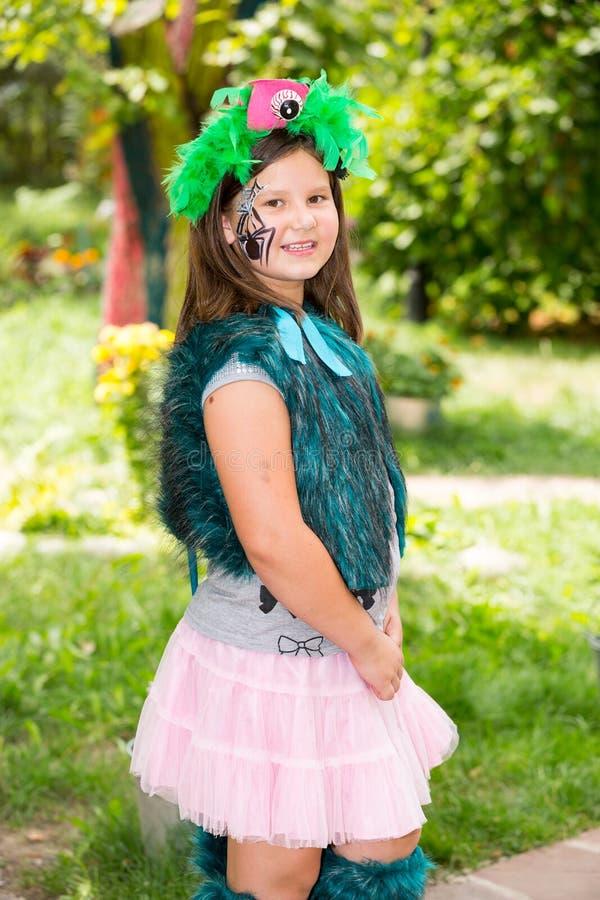 Ragazza adorabile del piccolo bambino con akvagrim sul buon compleanno Fondo verde della natura di estate Usilo per il raggiro de fotografie stock