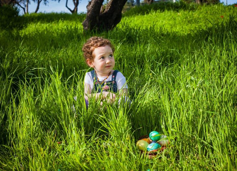 Ragazza adorabile della testarossa alla caccia di Pasqua fotografie stock
