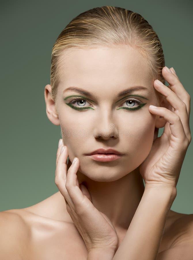 Ragazza affascinante di bellezza con trucco verde fotografia stock libera da diritti