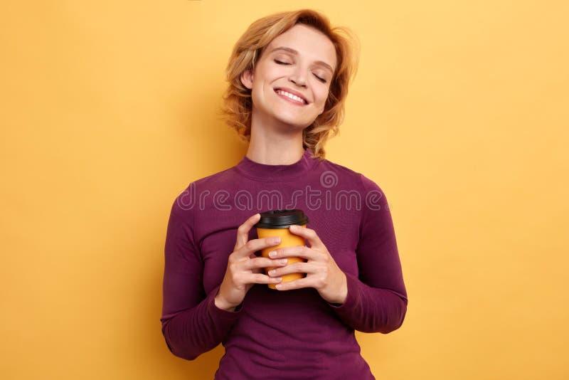 Ragazza affascinante graziosa che gode del tè immagini stock libere da diritti