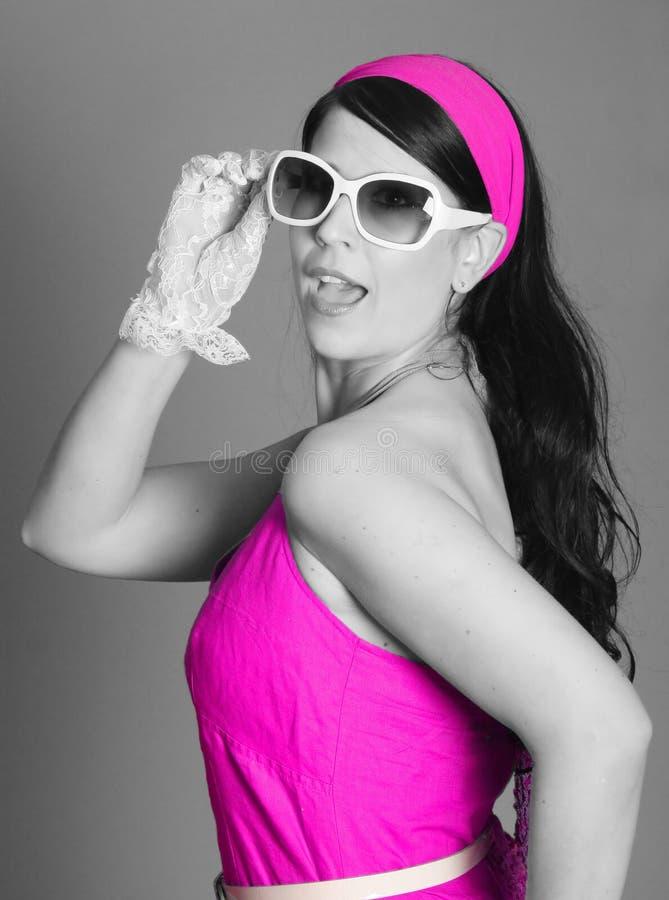 Ragazza affascinante nel colore rosa caldo immagini stock