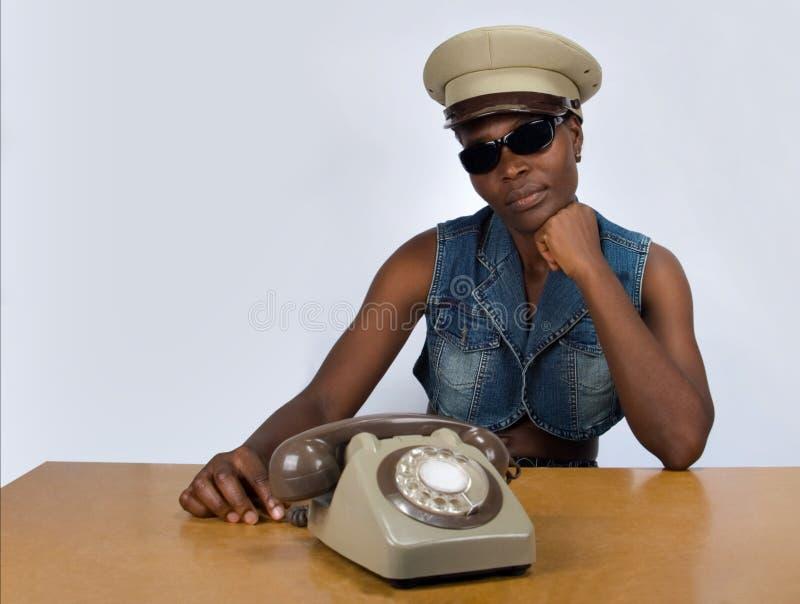 Ragazza africana con il vecchio telefono immagine stock