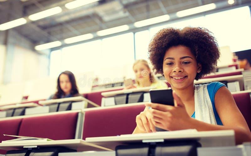 Ragazza africana dello studente con lo smartphone alla conferenza fotografie stock libere da diritti
