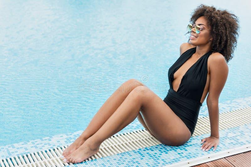Ragazza africana giovanile felice che si rilassa sulla stazione turistica estiva fotografie stock libere da diritti