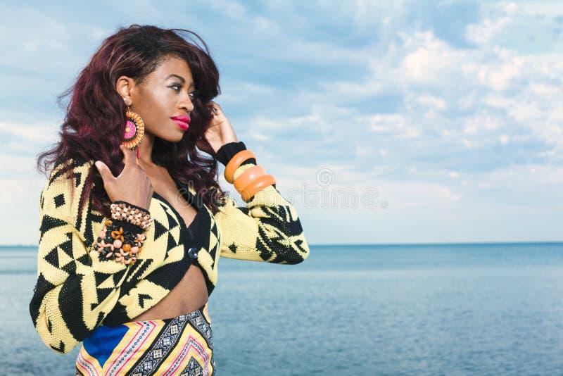 Ragazza afroamericana che si rilassa alla spiaggia fotografie stock