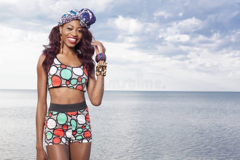 Ragazza afroamericana che si rilassa alla spiaggia immagine stock