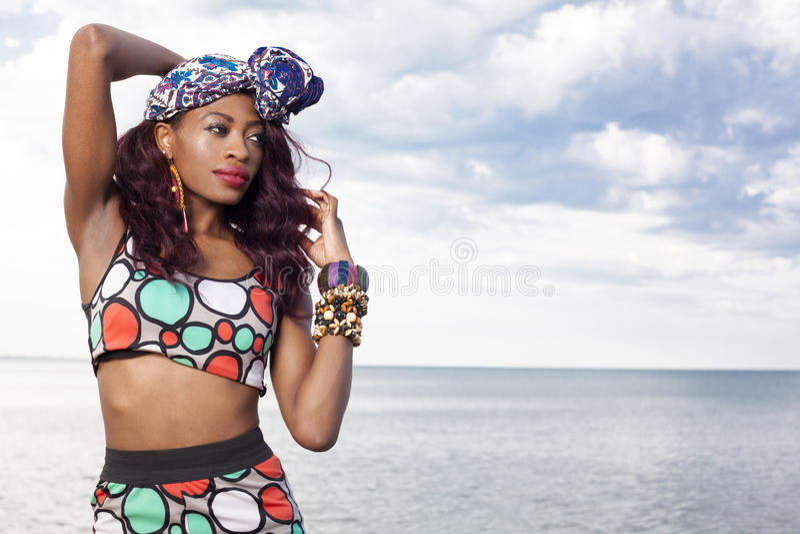 Ragazza afroamericana che si rilassa alla spiaggia immagini stock