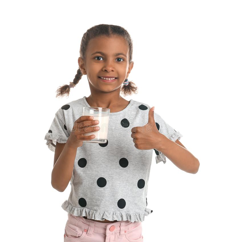 Ragazza afroamericana con bicchiere di latte su fondo bianco fotografia stock libera da diritti