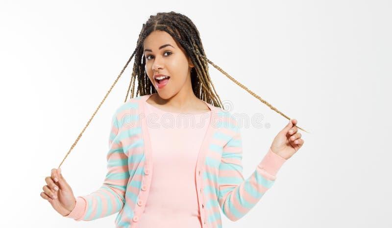 Ragazza afroamericana in vestiti di modo su fondo bianco Pantaloni a vita bassa della donna con stile di capelli di afro Copi lo  fotografia stock
