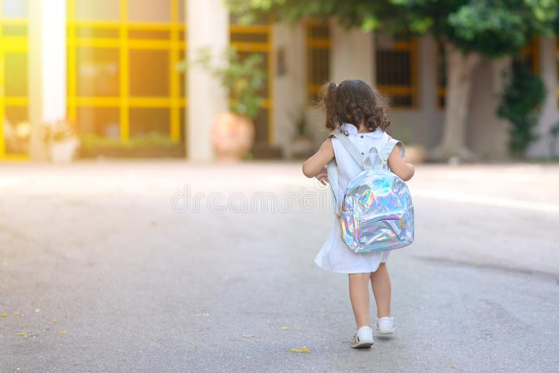 Ragazza al campo da giuoco della scuola il primo giorno a settembre fotografia stock