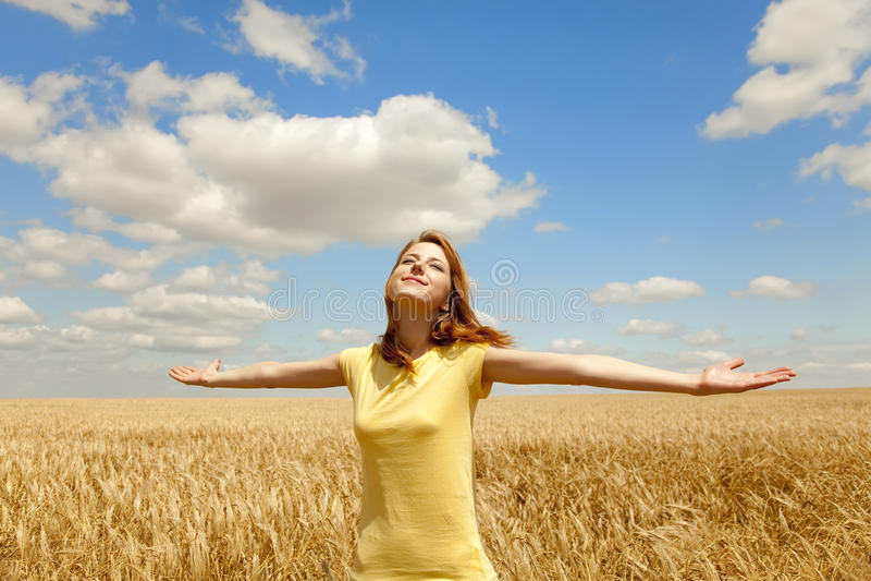 Ragazza al campo di frumento ad estate. immagine stock libera da diritti