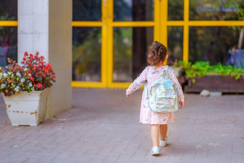 Ragazza al cortile della scuola il primo giorno a settembre immagini stock
