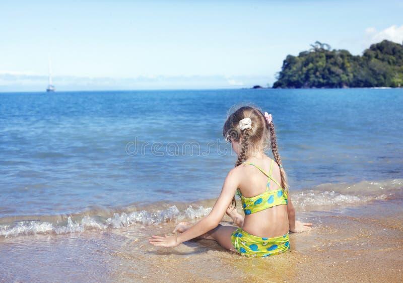 Ragazza al litorale di mare. fotografia stock libera da diritti