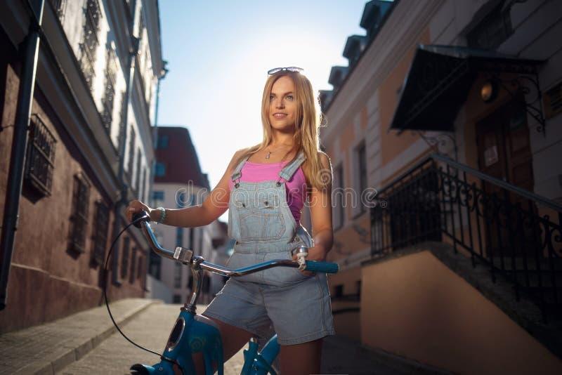 Ragazza al sole su una retro bici fotografia stock