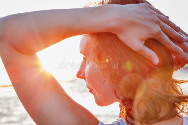 ragazza al tramonto fotografie stock