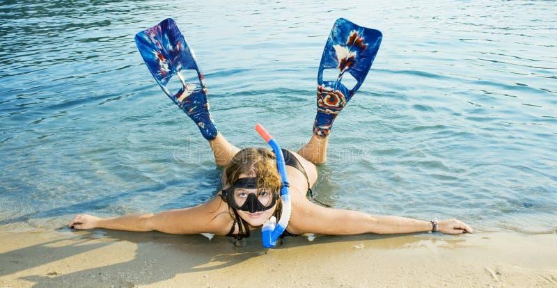 Ragazza in aletta che si trova sulla spiaggia immagini stock libere da diritti