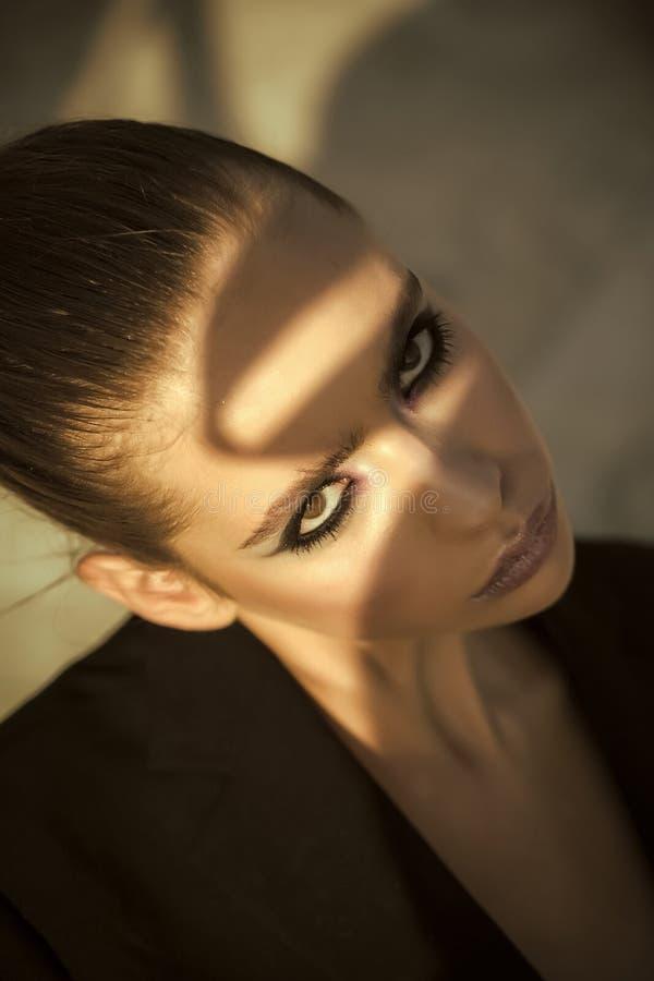 Ragazza alimentata Ragazze del fronte delle edizioni Adatti lo sguardo della ragazza alla moda, tendenza di trucco Cosmetici per  immagini stock libere da diritti