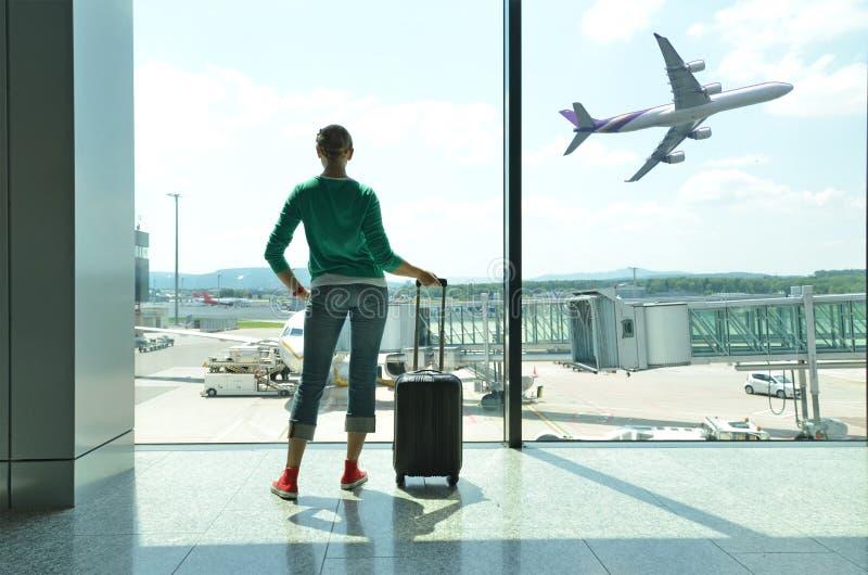 Ragazza all'aeroporto immagine stock