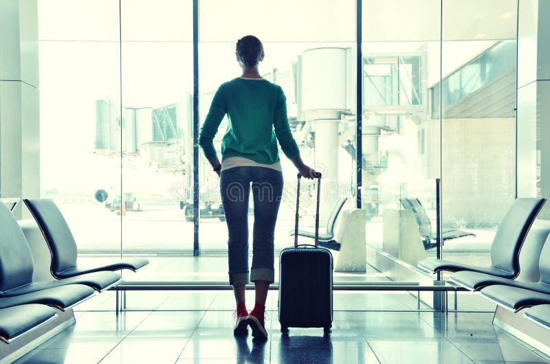 Ragazza all'aeroporto immagine stock libera da diritti