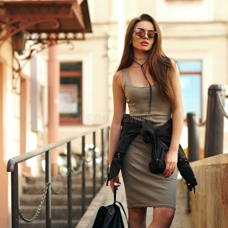 Ragazza alla moda che cammina nella città immagini stock