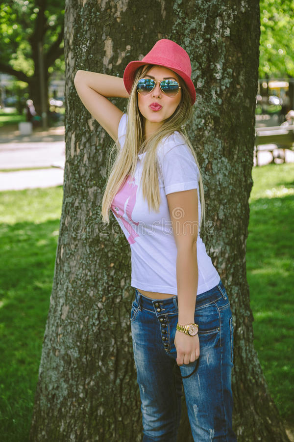 Download Ragazza Alla Moda Che Invia I Baci Fotografia Stock - Immagine di divertente, eleganza: 55361330