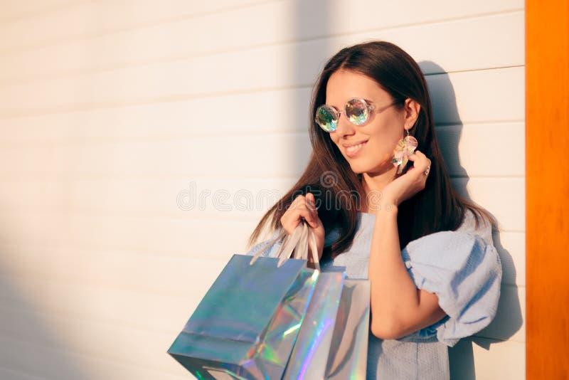 Ragazza alla moda con acquisto olografico degli accessori fotografie stock