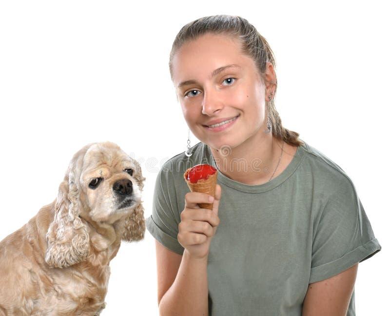 Ragazza alla moda con il gelato che posa nello studio fotografie stock libere da diritti