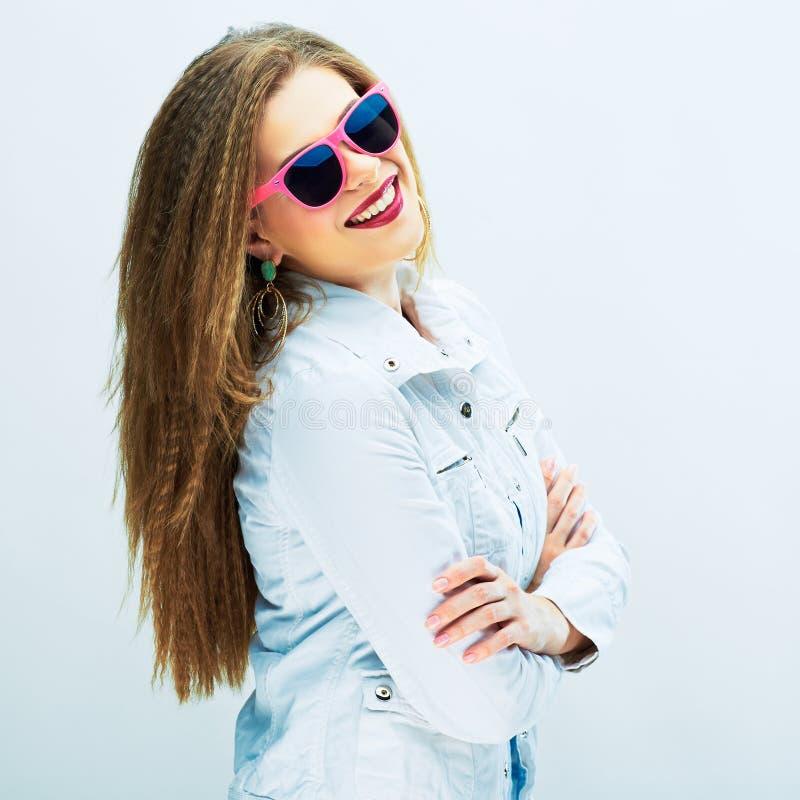 Ragazza alla moda dell'adolescente che sta contro il fondo bianco fotografia stock libera da diritti