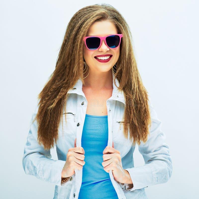 Ragazza alla moda dell'adolescente che sta contro il fondo bianco immagini stock libere da diritti
