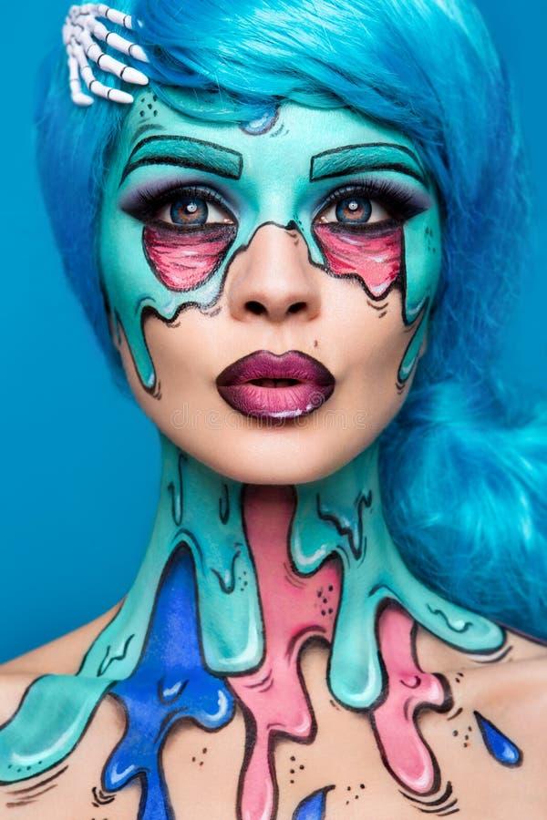 Ragazza alla moda dello zombie Ritratto di una donna dello zombie di pin-up progetto della Corpo-pittura Trucco di Halloween immagine stock