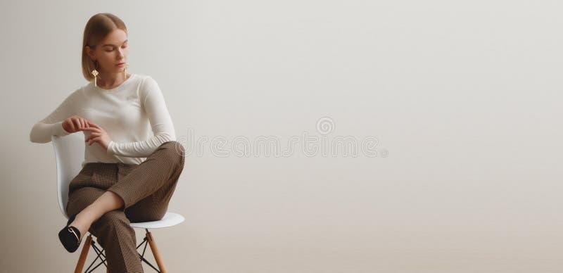 Ragazza alla moda in un maglione bianco e nei pantaloni a quadretti Ritratto di stile di vita della ragazza, emozionale naturali  fotografie stock libere da diritti