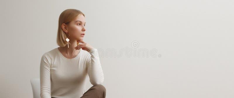 Ragazza alla moda in un maglione bianco e nei pantaloni a quadretti Ritratto di stile di vita della ragazza, emozionale naturali  fotografia stock libera da diritti