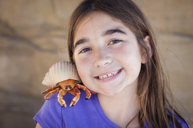 Ragazza allegra che gioca con Toy Hermit Crab fotografia stock