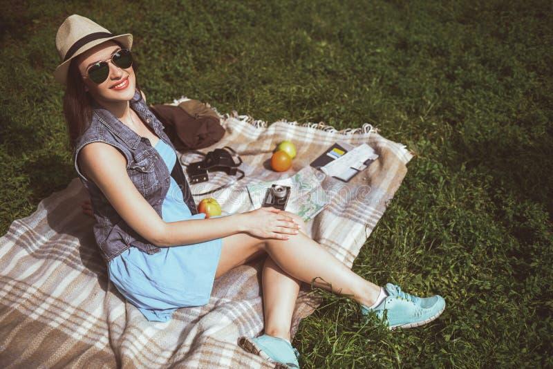 Ragazza allegra che si rilassa sul plaid all'aperto fotografia stock libera da diritti