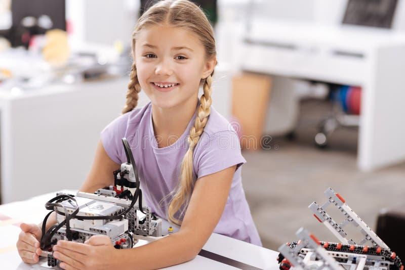 Ragazza allegra che tiene robot elettronico al laboratorio di robotica immagini stock libere da diritti