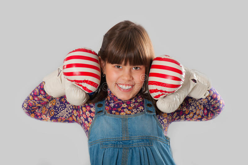 Ragazza allegra con i guanti di inscatolamento