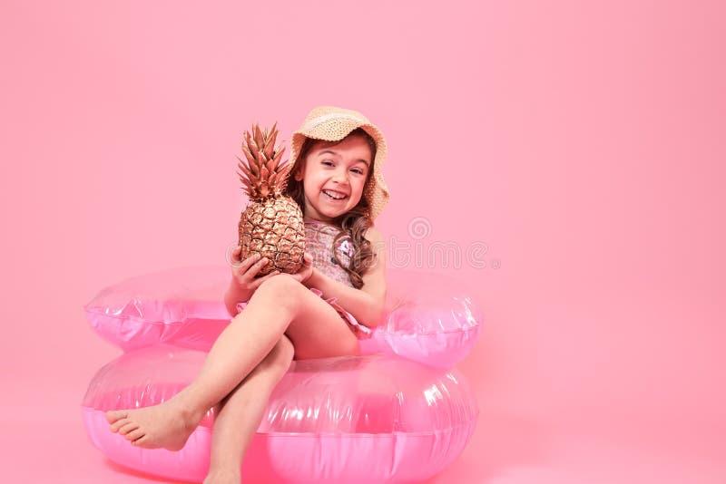 Ragazza allegra di estate con l'ananas su fondo colorato immagine stock libera da diritti