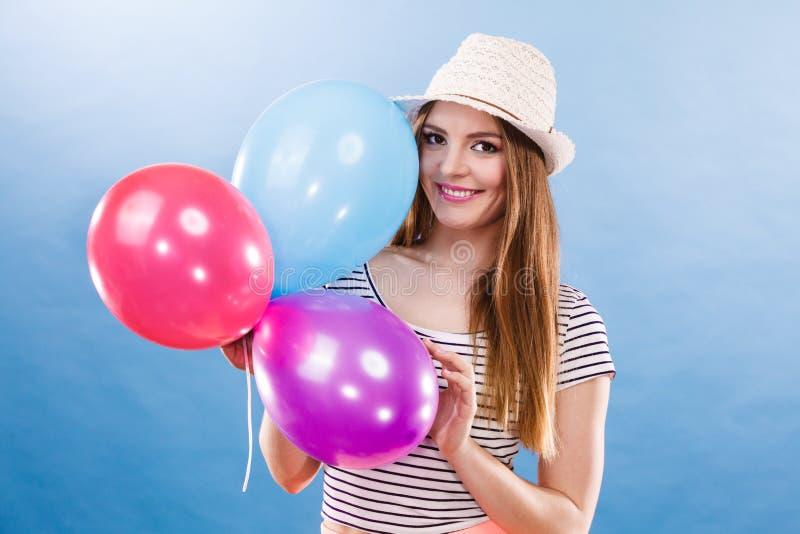 Ragazza allegra di estate della donna con i palloni variopinti immagini stock