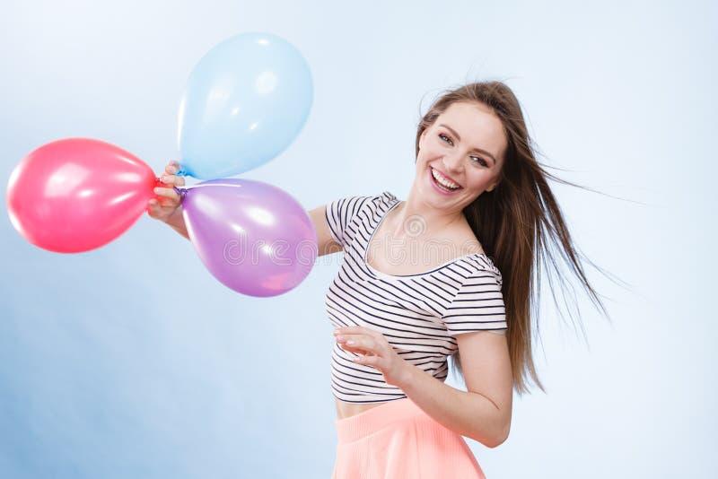 Ragazza allegra di estate della donna con i palloni variopinti fotografia stock
