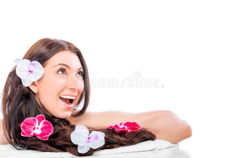 Ragazza allegra e positiva con le orchidee in suoi capelli fotografia stock libera da diritti