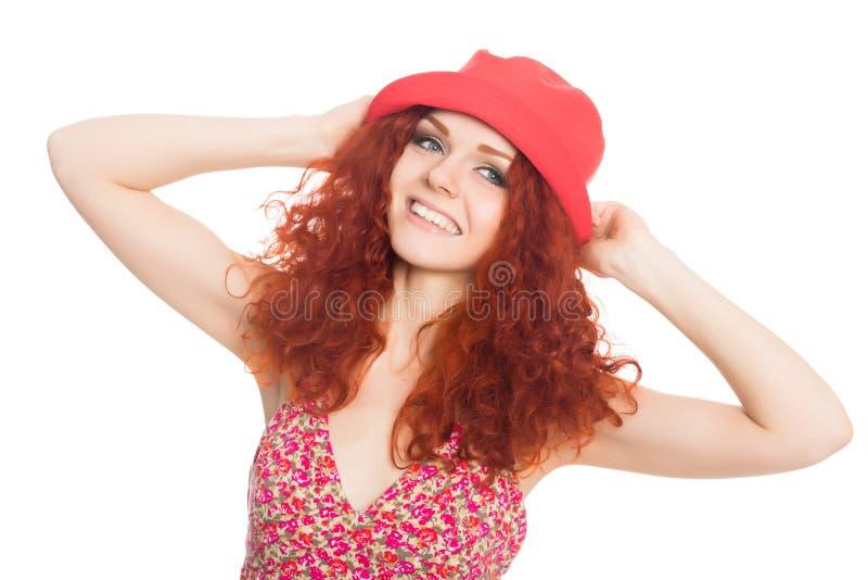 Ragazza allegra in un cappello rosso isolato su bianco. fotografia stock