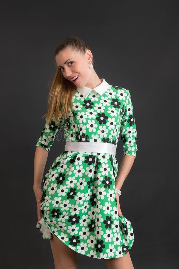 Ragazza allegra in un vestito verde fotografia stock libera da diritti