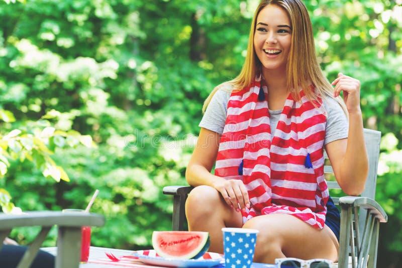 Ragazza americana che va in giro sul quarto di luglio immagini stock libere da diritti