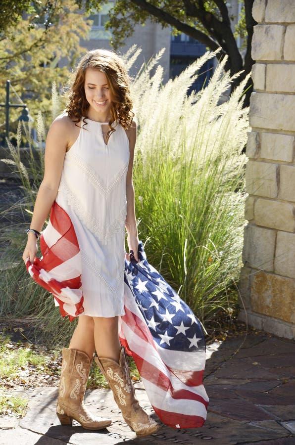 Ragazza americana con la bandierina fotografie stock