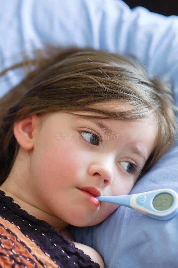 Ragazza ammalata con febbre fotografie stock libere da diritti