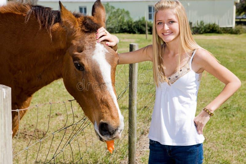 Ragazza & cavallo dell'azienda agricola fotografia stock libera da diritti