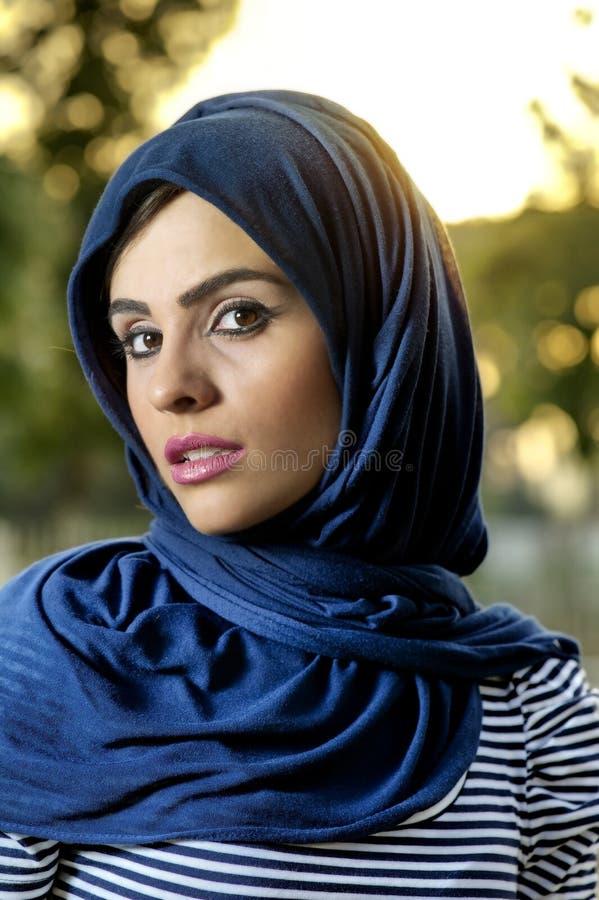 Ragazza araba di bellezza sensuale con hijab fotografia stock
